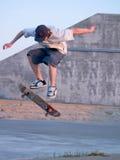 детеныши конькобежца скейтборда ollie ollieing Стоковые Фотографии RF
