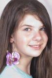 детеныши красивейшей девушки серьги ультрамодные Стоковое Фото