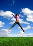 детеныши красивейшей девушки скача Стоковая Фотография