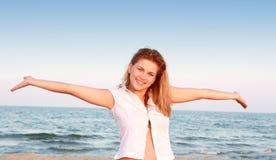 детеныши красивейшей повелительницы пляжа ослабляя Стоковые Изображения