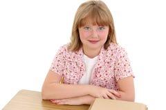детеныши красивейшей школы девушки стола сидя Стоковая Фотография
