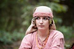 Детеныши красивые в платье и шарфе возраста Викинга стоковые фотографии rf