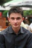 детеныши лета кавказского человека кафа сидя Стоковая Фотография RF
