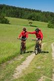 детеныши лета riding лужка пар bike стоковое фото