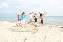 детеныши людей пляжа стоковая фотография
