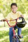 детеныши мальчика велосипеда outdoors сь Стоковые Изображения RF