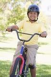 детеныши мальчика велосипеда outdoors ся Стоковая Фотография RF
