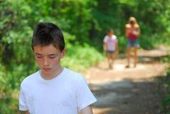детеныши мальчика гуляя Стоковое фото RF