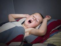 детеныши мальчика зевая Стоковые Фотографии RF
