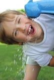 детеныши мальчика испытывающий жажду стоковая фотография rf