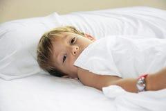 детеныши мальчика кровати Стоковые Фото
