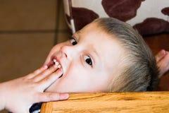 детеныши мальчика милые стоковое изображение