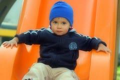 детеныши мальчика напольные играя Стоковая Фотография RF
