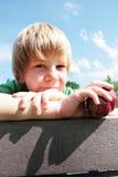 детеныши мальчика яблока Стоковые Изображения RF