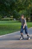 детеныши мальчика inline катаясь на коньках Стоковое Фото