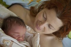 детеныши мати младенца младенческие Стоковое Фото