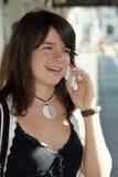 детеныши мобильного телефона девушок Стоковые Фотографии RF