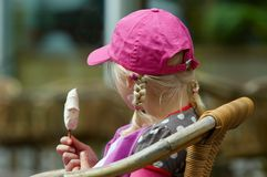 детеныши мороженого девушки Стоковая Фотография RF