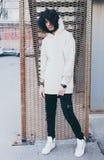 Детеныши модно одели человека в холодном обмундировании представляя на улице стоковые фотографии rf