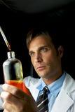 детеныши научного работника эксперимента выполняя Стоковая Фотография