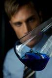 детеныши научного работника эксперимента выполняя Стоковая Фотография RF