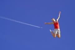детеныши неба девушки скача стоковые изображения