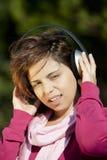 детеныши нот девушки слушая довольно Стоковые Фото