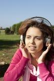 детеныши нот девушки слушая довольно Стоковое фото RF