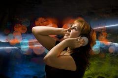 детеныши нот девушки слушая Стоковая Фотография RF