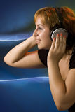 детеныши нот девушки слушая Стоковые Изображения