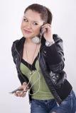 детеныши нот красивейшей девушки слушая Стоковая Фотография