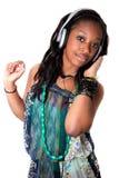 детеныши нот черной девушки слушая довольно Стоковое Изображение