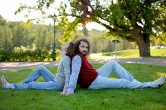 детеныши парка травы пар сидя Стоковое фото RF