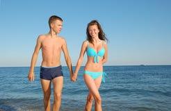 детеныши пар пляжа стоковое фото