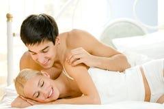 детеныши пар спальни счастливые Стоковое фото RF