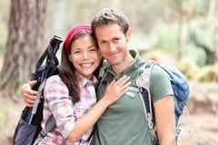 детеныши пар счастливые hiking Стоковые Изображения RF