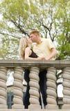 детеныши пар целуя Стоковое Изображение RF