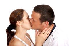 детеныши пар целуя Стоковые Фото