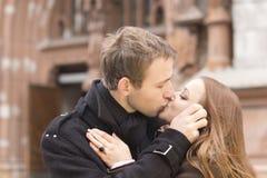 детеныши пар целуя Стоковые Изображения