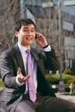 детеныши передвижного пэ-аша бизнесмена говоря Стоковые Изображения RF