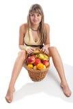 детеныши повелительницы плодоовощ корзины сидя Стоковые Изображения RF