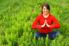 детеныши поля meditating стоковое фото rf