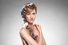детеныши портрета волос девушки цветков красотки стоковое изображение