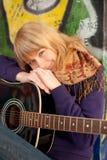 детеныши портрета гитары девушки крупного плана счастливые Стоковые Фотографии RF