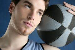 детеныши портрета игрока человека баскетбола корзины Стоковые Изображения RF