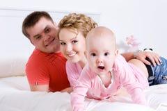 детеныши потехи семьи младенца счастливые стоковая фотография rf