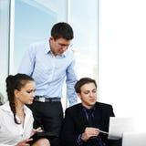 детеныши предпринимателя 3 совместно работая стоковое изображение rf