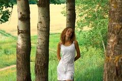 детеныши прелестной природы девушки ослабляя Стоковое фото RF
