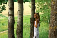 детеныши прелестной природы девушки ослабляя Стоковая Фотография RF