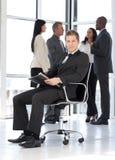 детеныши привлекательного офиса бизнесмена работая Стоковые Изображения RF